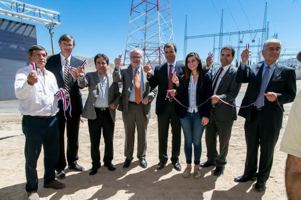 El ministro de Energía, Máximo Pacheco; el gerente general de Grupo Saesa, Francisco Alliende y el gerente general de Chilquinta S.A., Francisco Mualim, estuvieron presentes en la ceremonia.